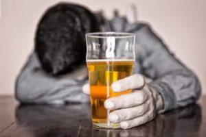 Мужчина со стаканом пива в руке