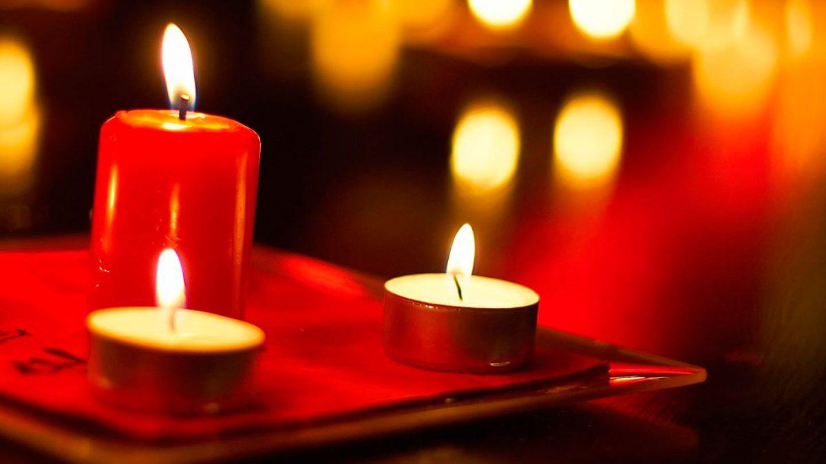 зажженные красные свечи