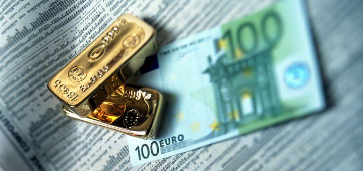 деньги и золото на столе
