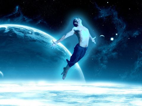 тело летает в космосе
