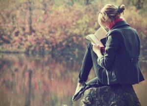 девушка читает на природе