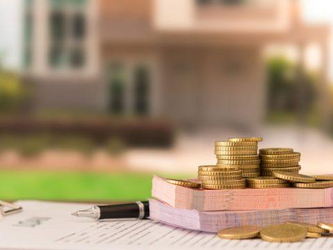 Деньги на фоне красивого дома