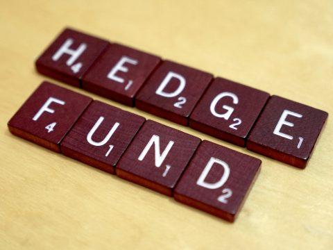 """На столе, мозаикой выложена надпись """"headge found"""""""