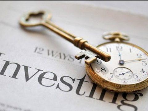 часы и ключ от квартиры на новостной газете о финансах