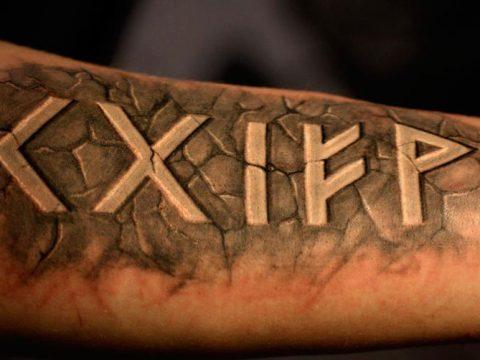 Татуировка с рунами